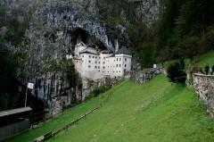 Predjama, sotto il Nanos il castello di Erasmo Lueger..jpg