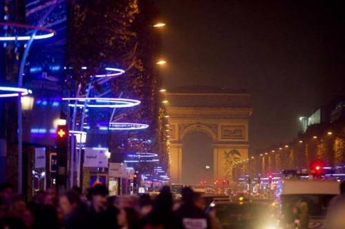 Champs Elysées: inaugurata la nuova illuminazione natalizia